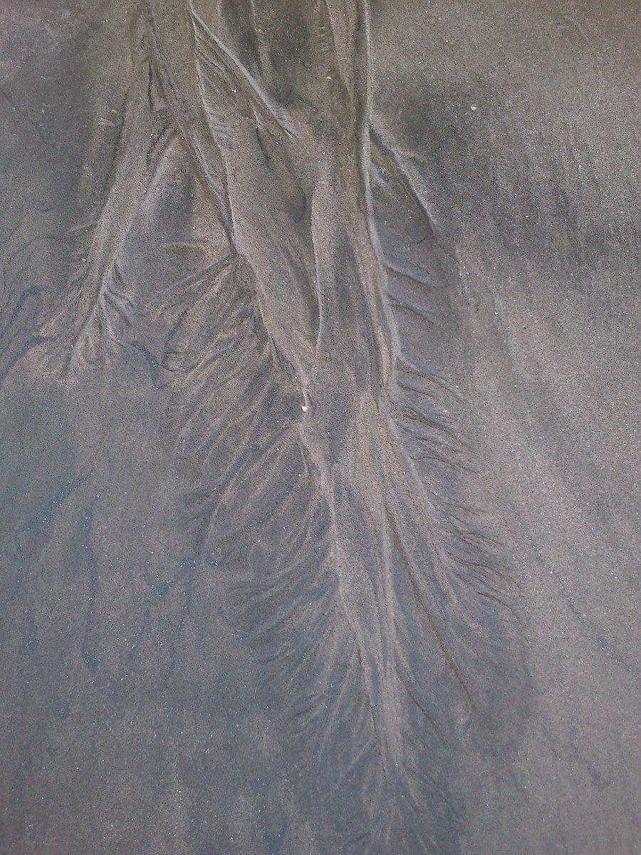 Traces d'eau dans le sable, plage de Piha